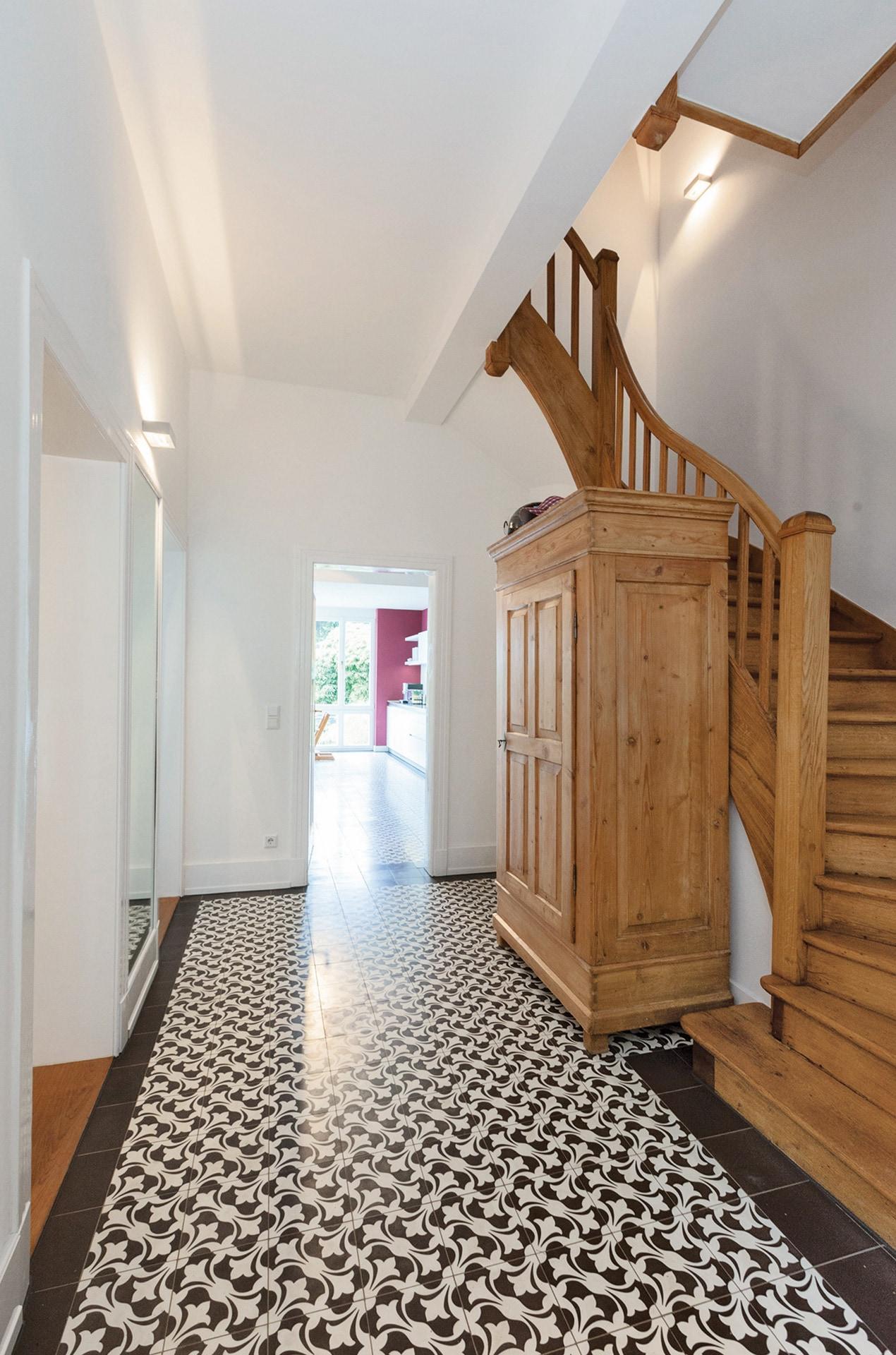VIA Zementfliese N° 14260 im Eingang mit Holzschrank und Treppe