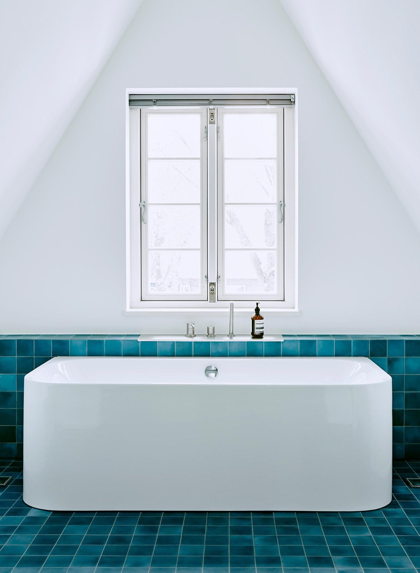 VIA Uniplatte N° 43 in dunkelblau im Bad mit Badewanne am Fenster