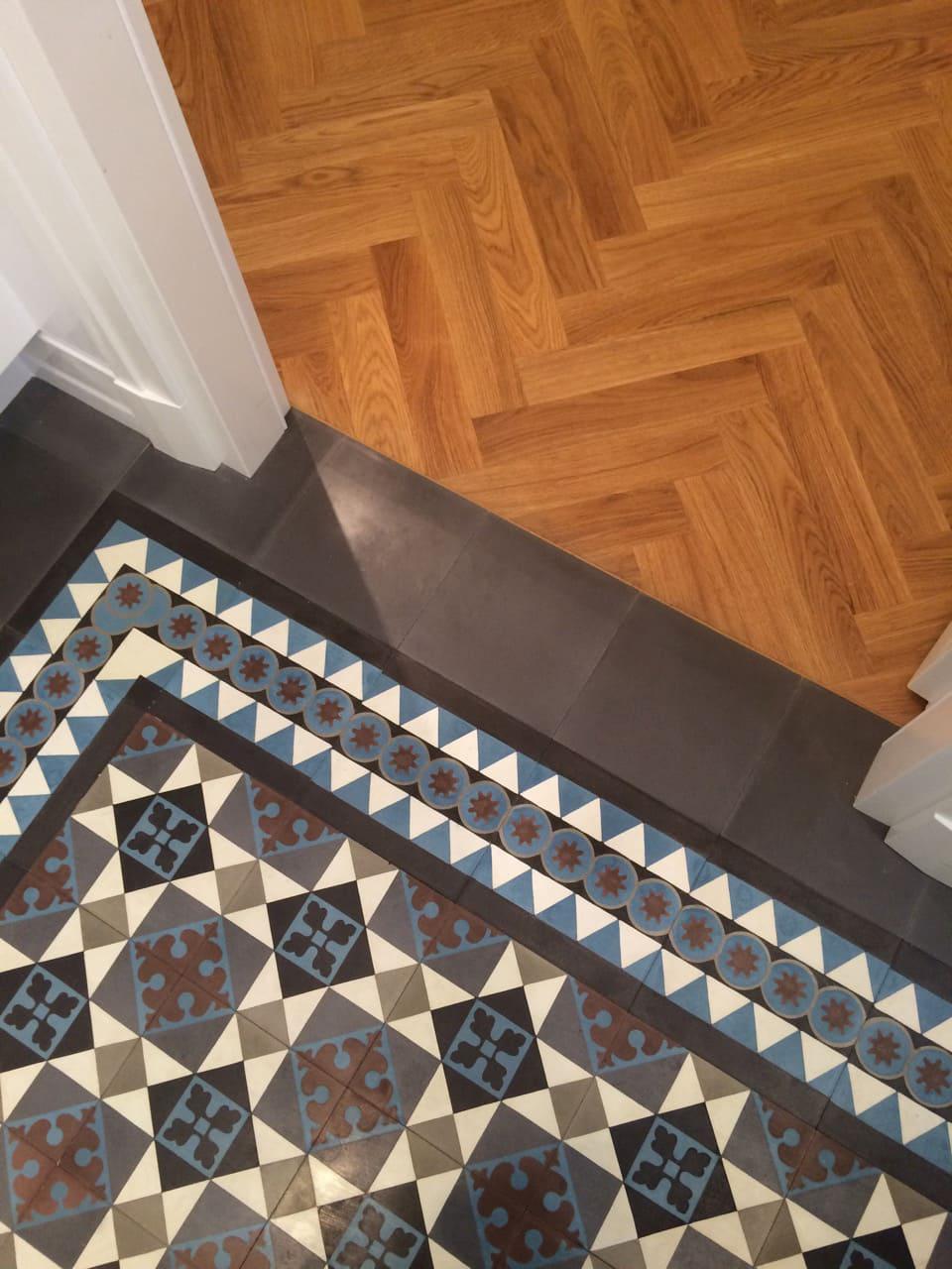 zementfliesen-terrazzofliesen-kreidefarbe-terrazzo-fugenlos-viaplatten-12572-foto-Beate-Puttorak-flur | 12572