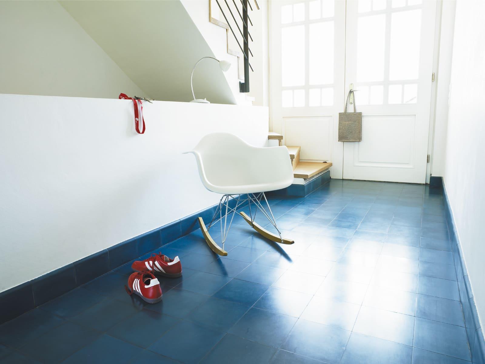 zementfliesen-terrazzofliesen-kreidefarbe-terrazzo-fugenlos-viaplatten-43-sockel-eingang   43