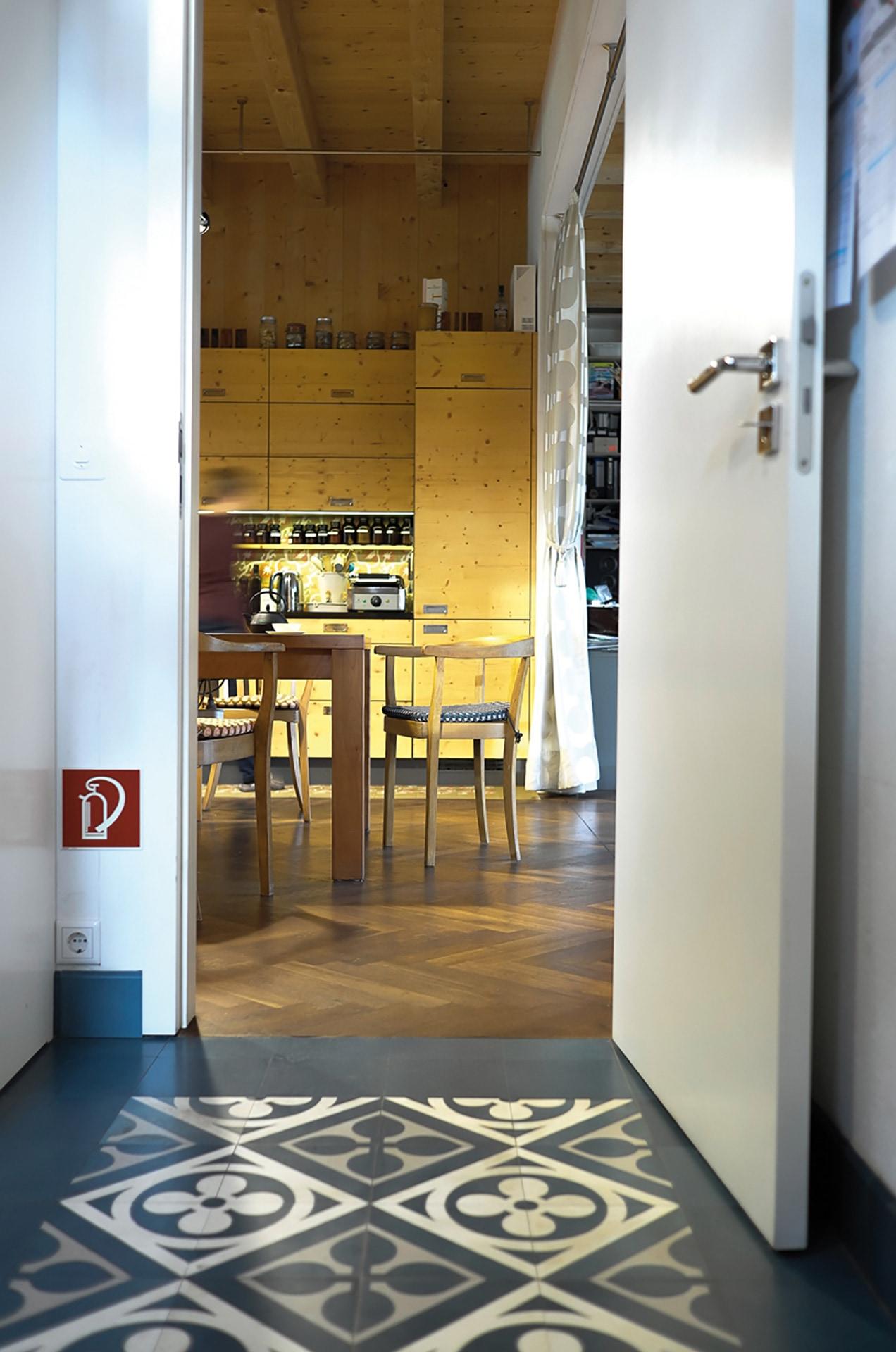VIA Zementfliese N° 13143 blaues Muster im Durchgang zur Küche