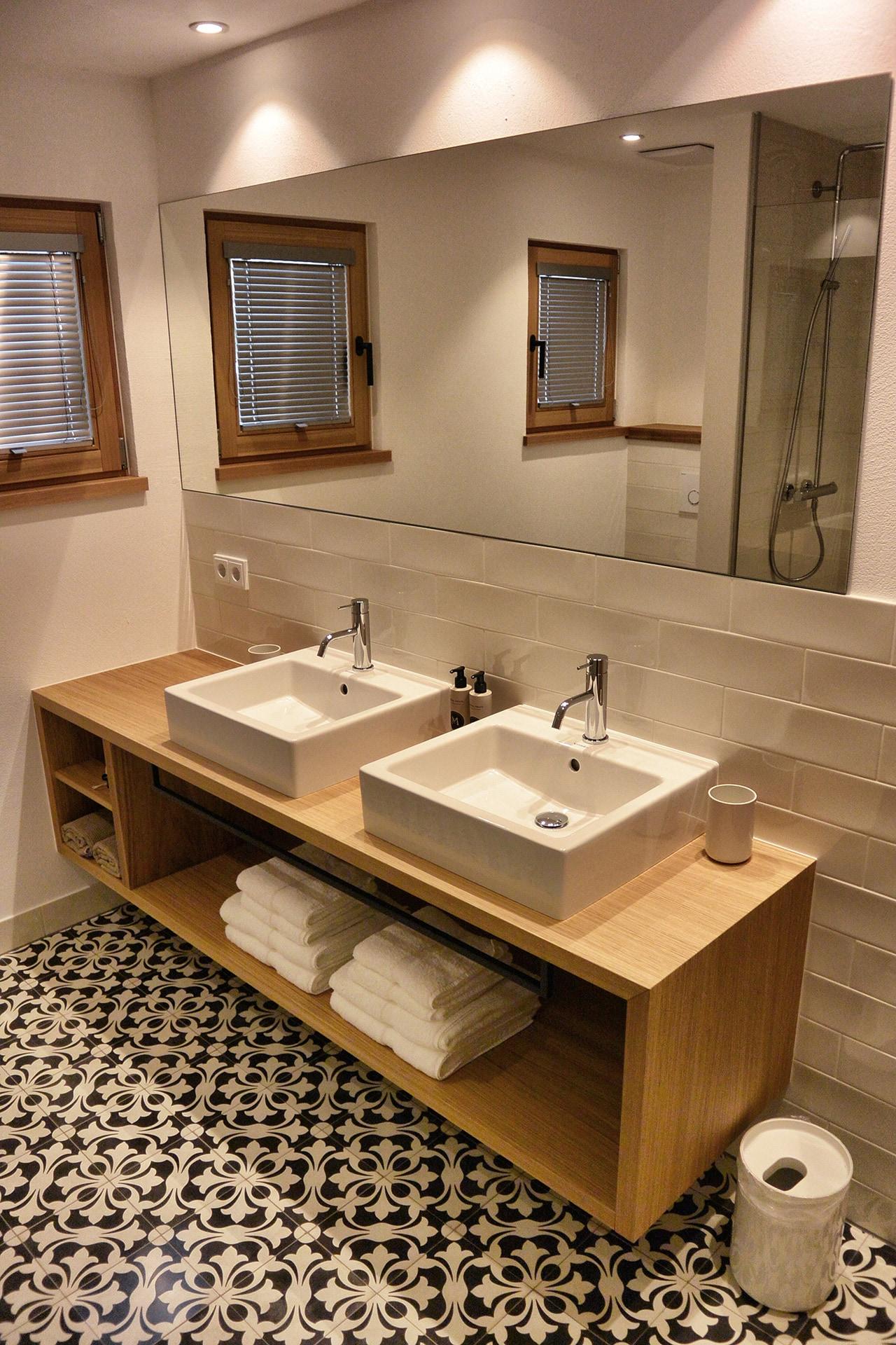 VIA Zementfliese N° 14260 am Waschbecken mit großem Spiegel
