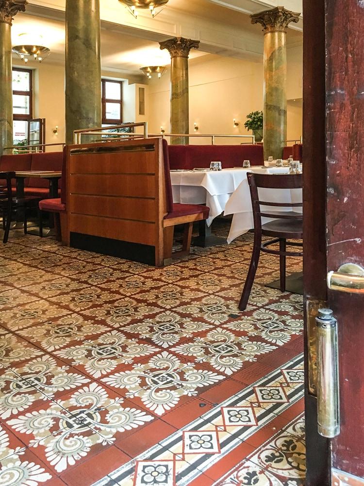 alte-zementmosaikplatten-im-borchardt-restaurant-01-viaplatten |