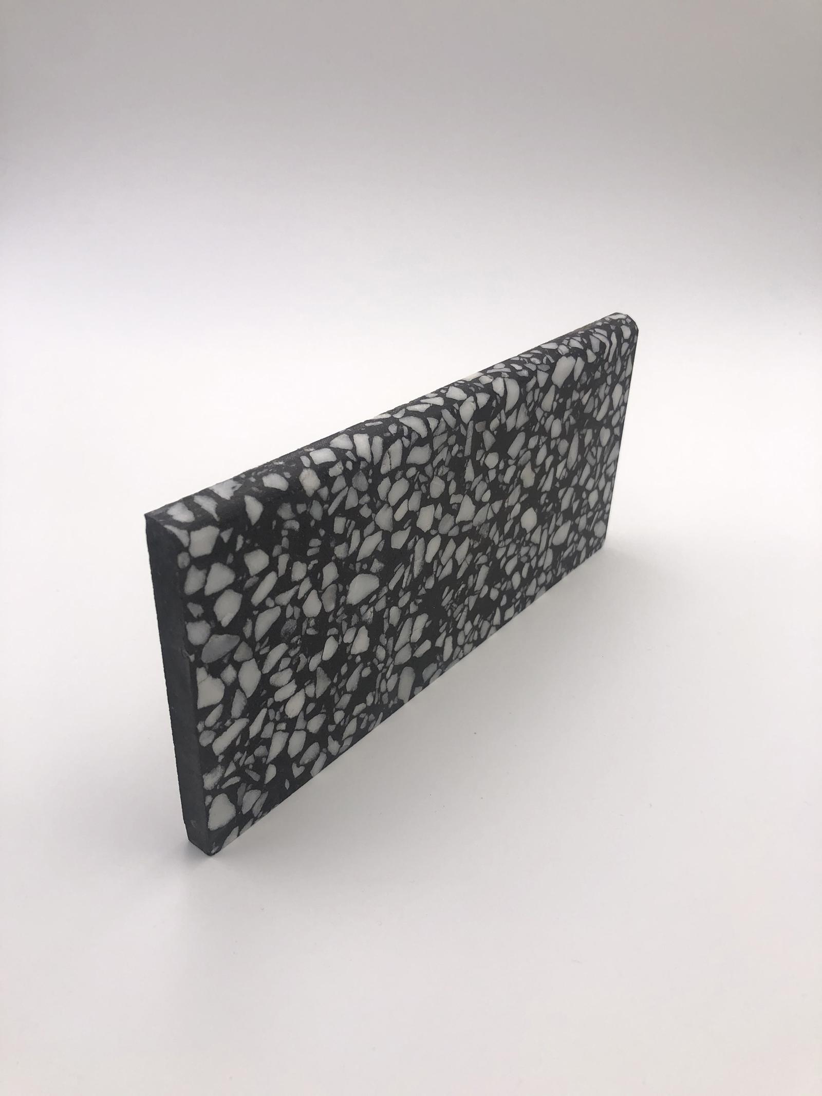 zementfliesen-terrazzofliesen-kreidefarbe-terrazzo-fugenlos-viaplatten-moodbild-900060w | N° 900060w - Sockel Terrazzo GROB