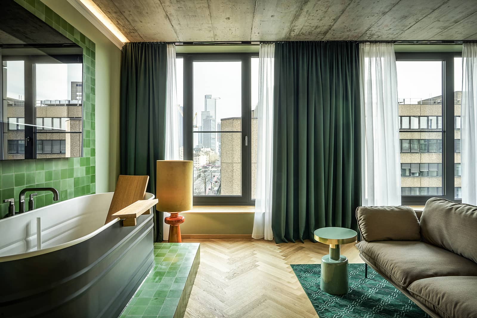 zementfliesen-terrazzofliesen-kreidefarbe-terrazzo-fugenlos-viaplatten-053-022-barwand-02