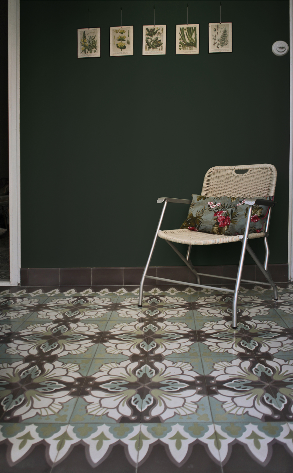 zementfliesen-terrazzofliesen-kreidefarbe-waldgruen-terrazzo-fugenlos-viaplatten-wintergarten