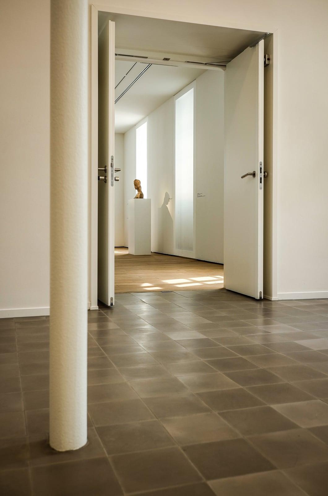 zementfliesen-terrazzofliesen-kreidefarbe-terrazzo-fugenlos-viaplatten-54-museum-ingelheim | 54
