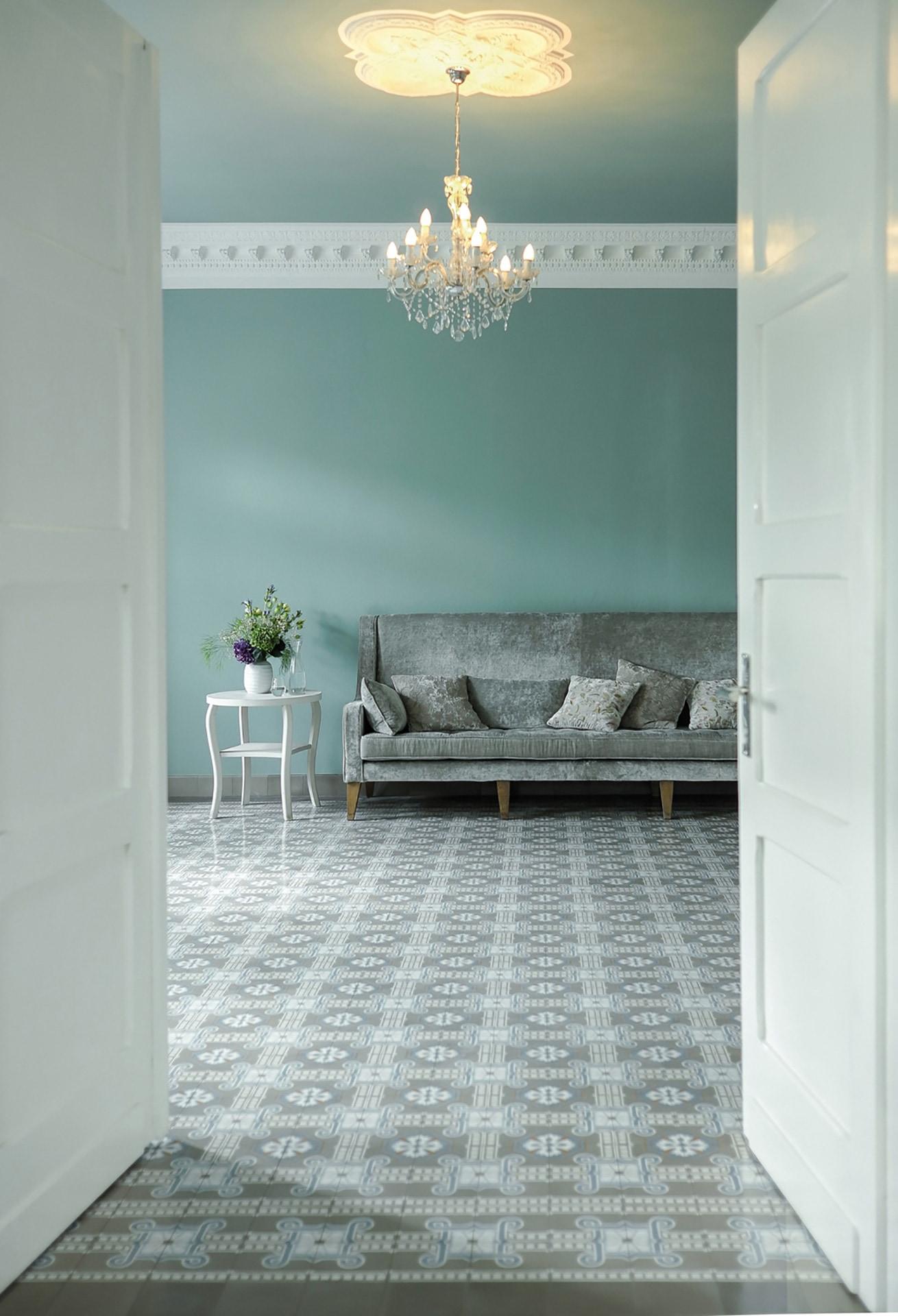 VIA Zementfliese N° 51051/141 in einem schönen Wohnraum mit Stuckleiste und Kronleuchter
