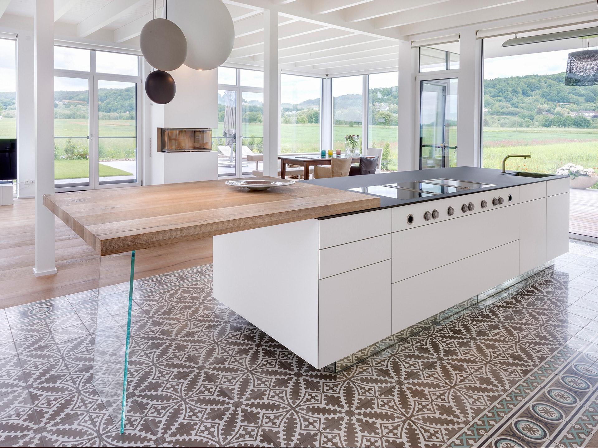 VIA Fliese N° 17354 zweifarbiges Muster in einer modernen Küche