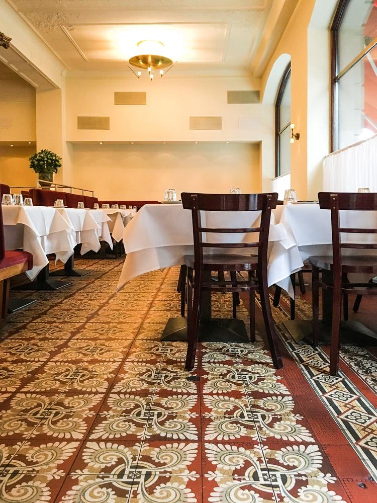 alte-zementmosaikplatten-im-borchardt-restaurant-02-viaplatten |