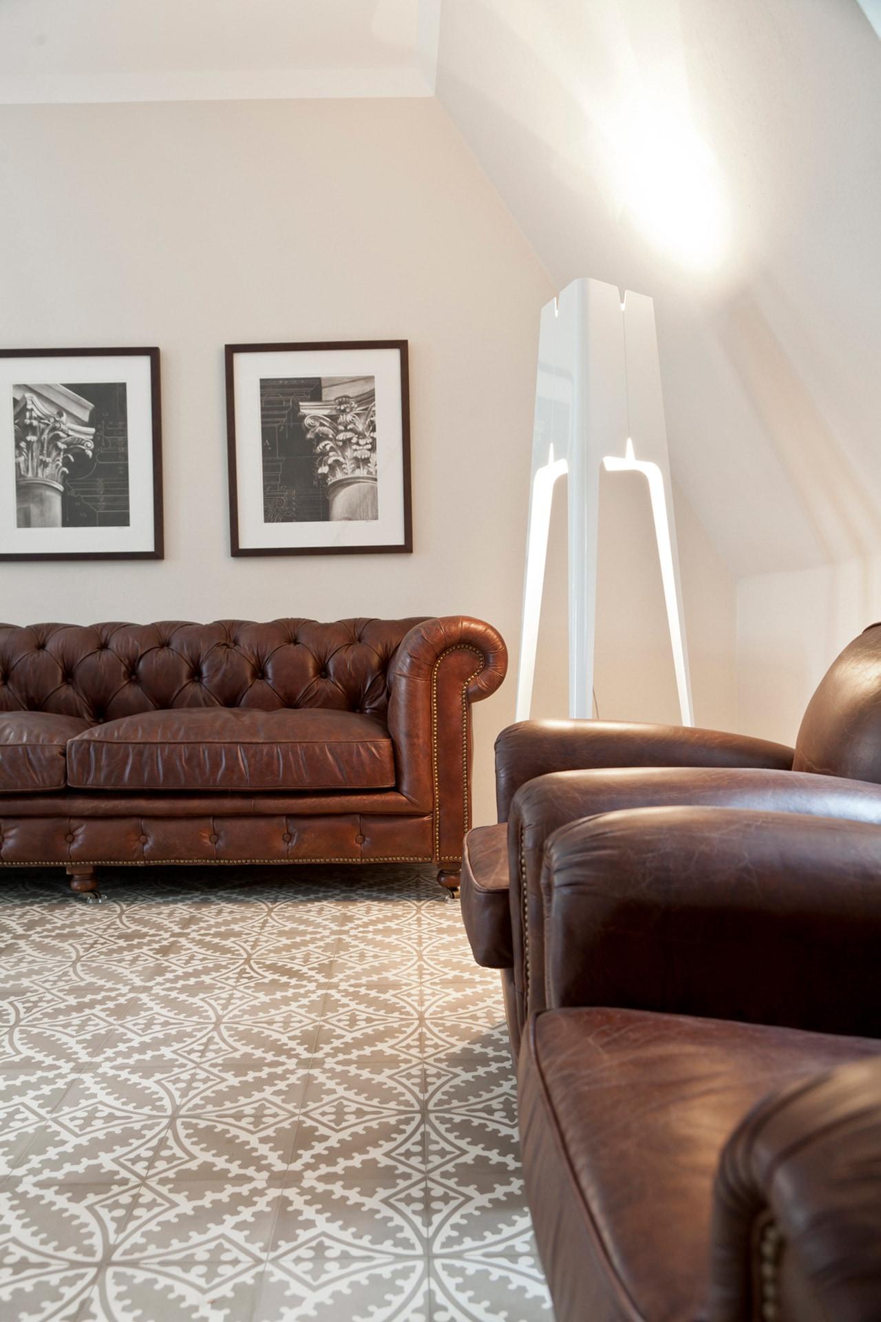 VIA Zementfliese N° 17354 im Wohnbereich in Kombination mit braunen Möbeln