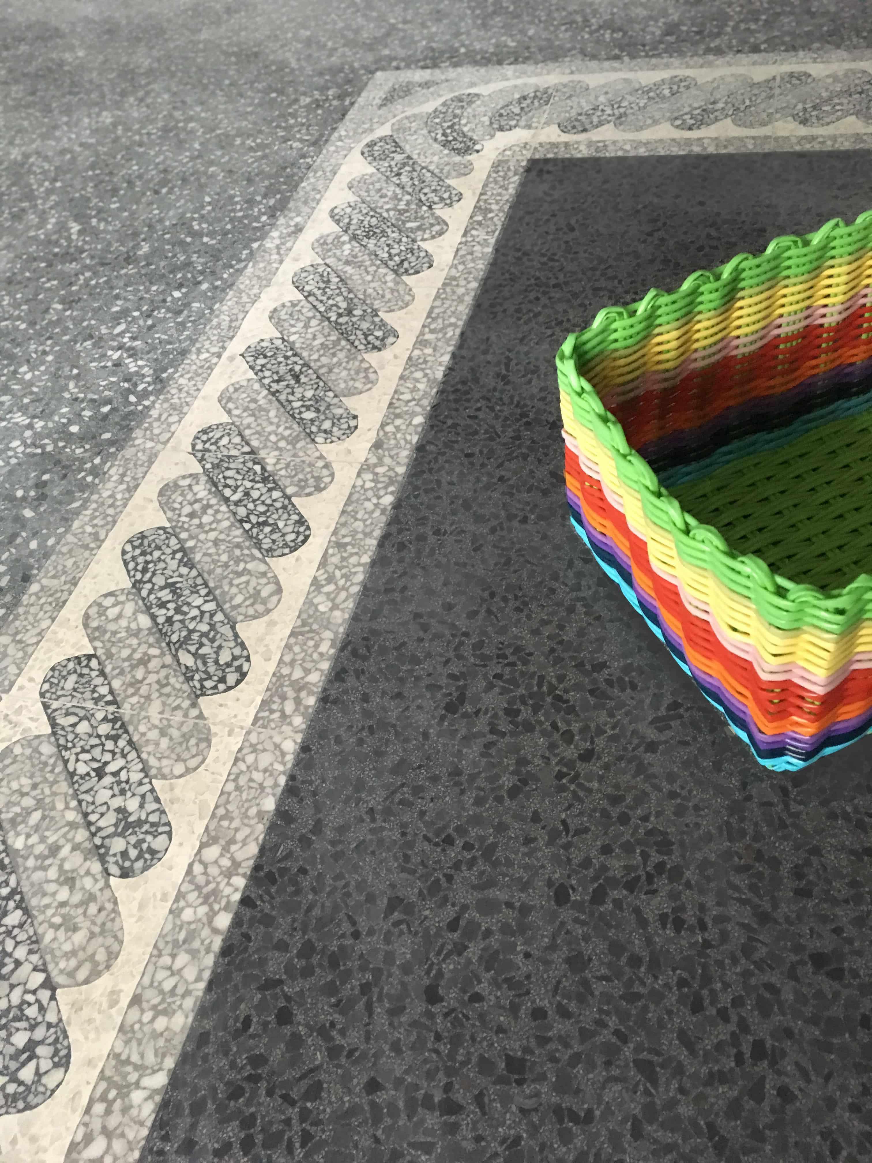 zementfliesen-viaplatten-terrazzo-fugenlos-rand-920301-korb | N° T00552