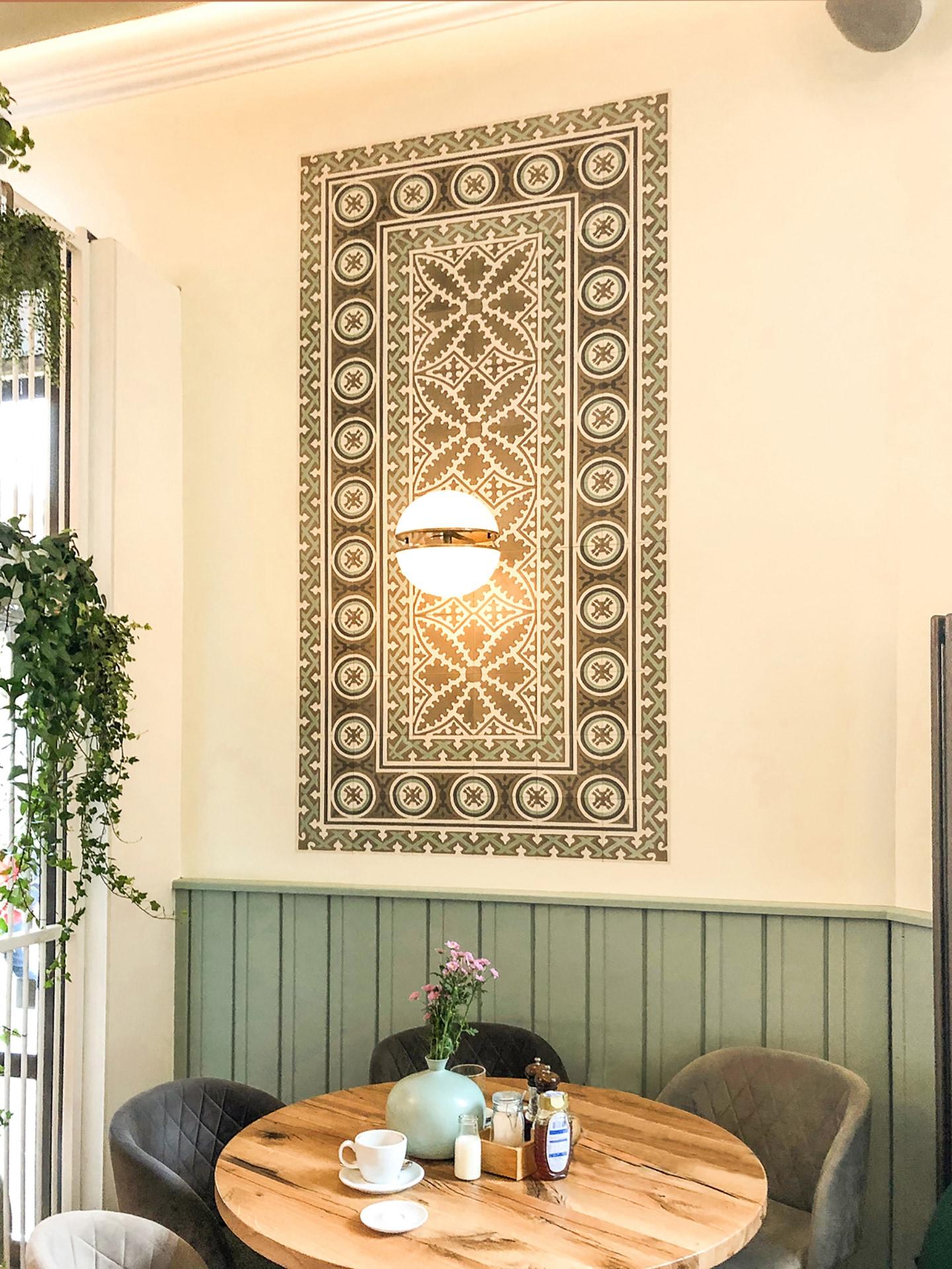 VIA Zementfliesen N° 17354 an der Wand auf weißem Grund