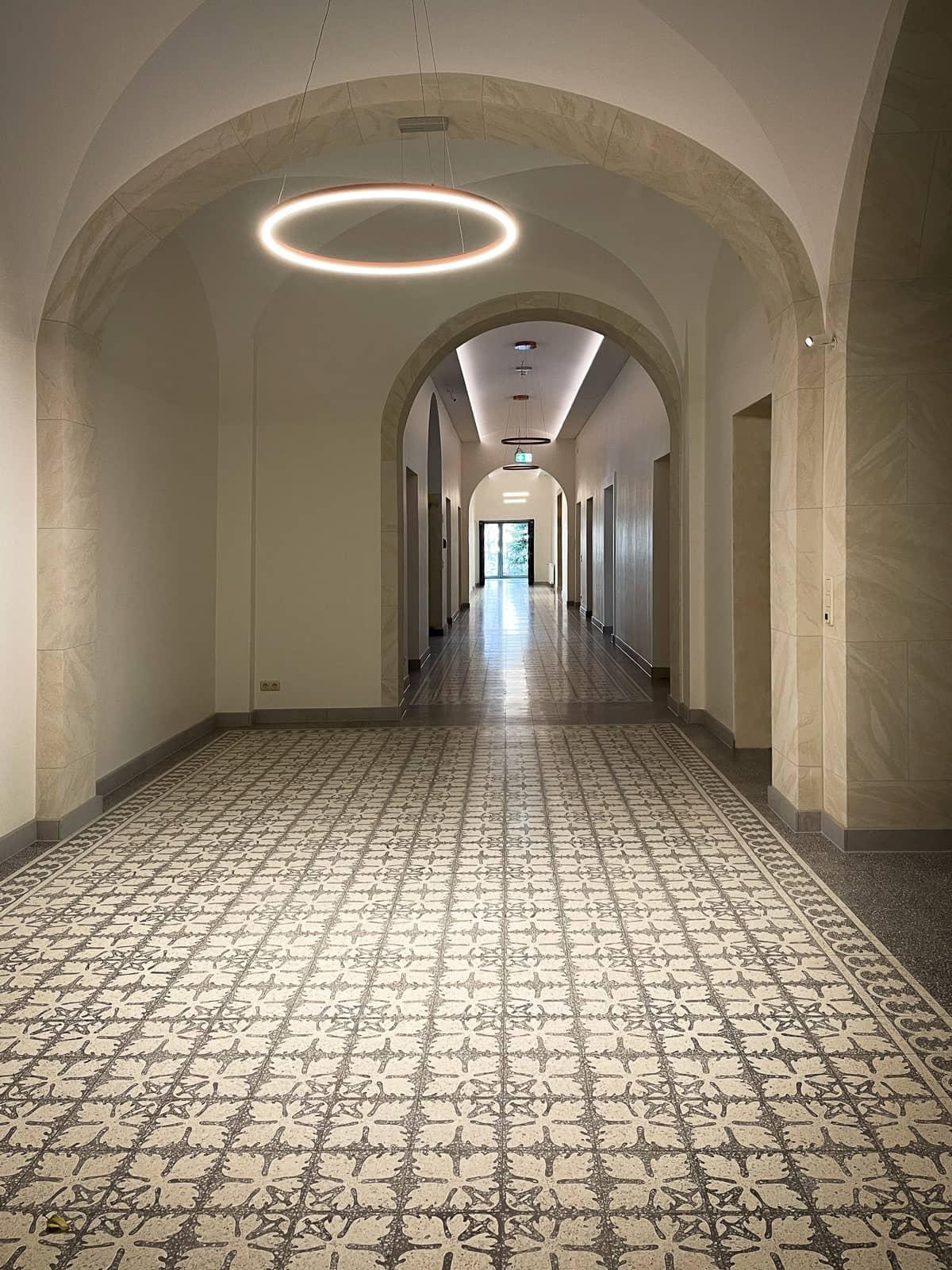 zementfliesen-terrazzofliesen-kreidefarbe-terrazzo-911254-fugenlos-viaplatten-kloster-flur | 911254