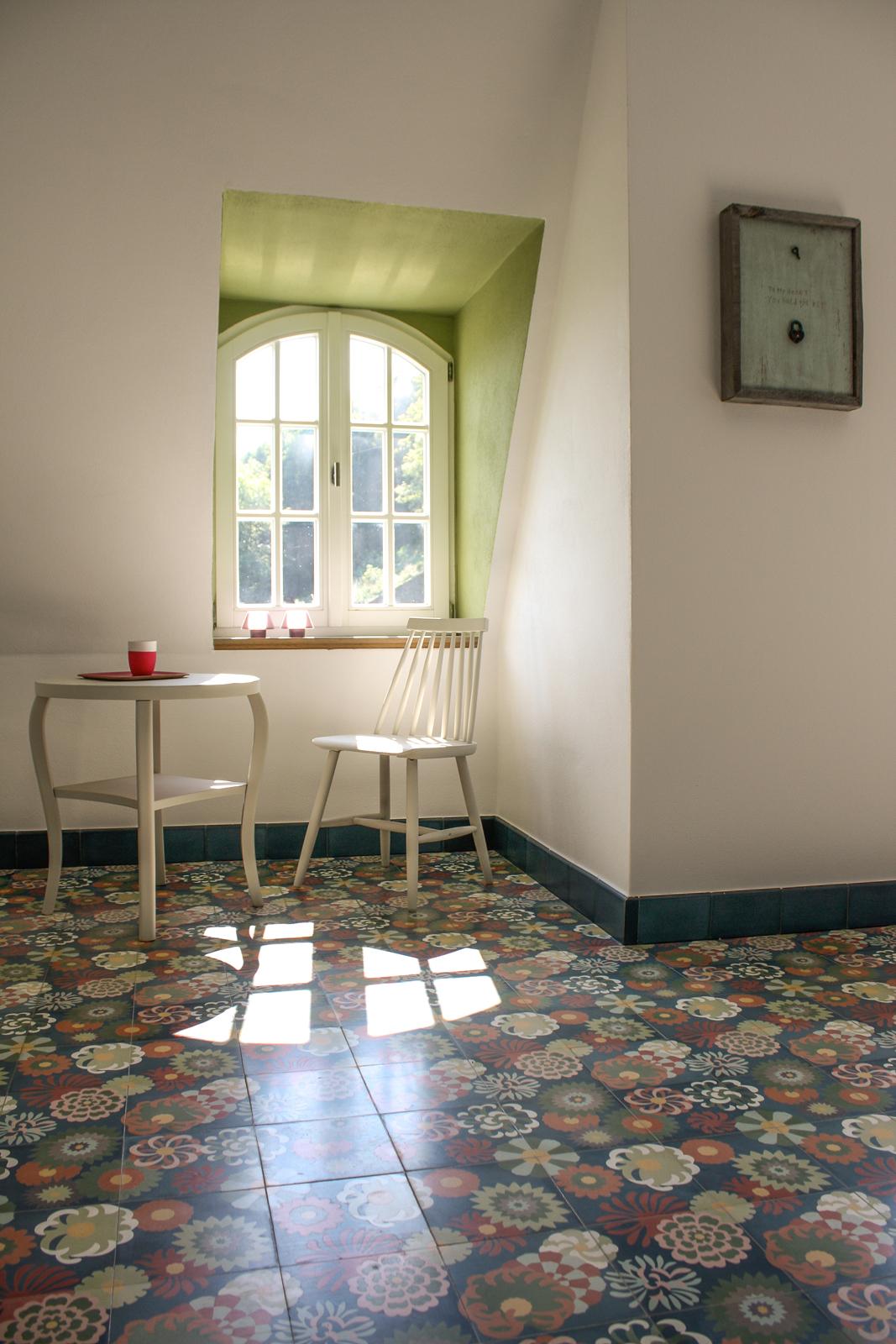 kreidefarbe-Edelweiss-111-tisch-stuhl-zementfliesen-terrazzofliesen-viaplatten | Kreidefarbe Edelweiß 2500 ml