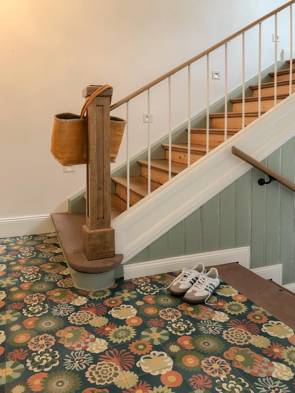 zementfliesen-zementmosaikplatten-nr.51078-blumenwiese-treppenaufgang-viaplatten | 51078
