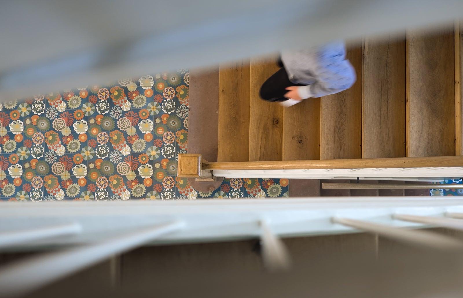 VIA Zementfliese im bunten Blumenmuster im Hausflur mit Treppe