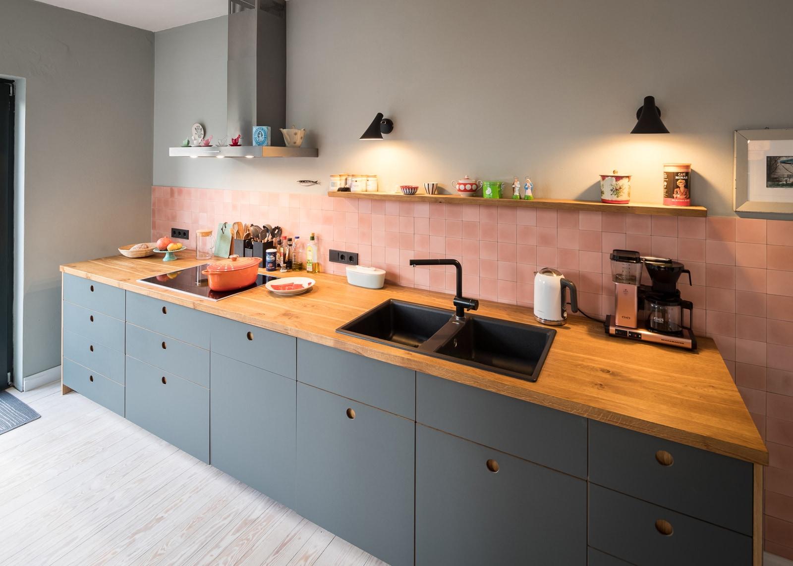zementmosaikplatten-nummer-30-rosa-kueche-foto-Jan Meier-viaplatten |
